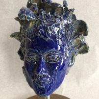 Bleu tête sur socle
